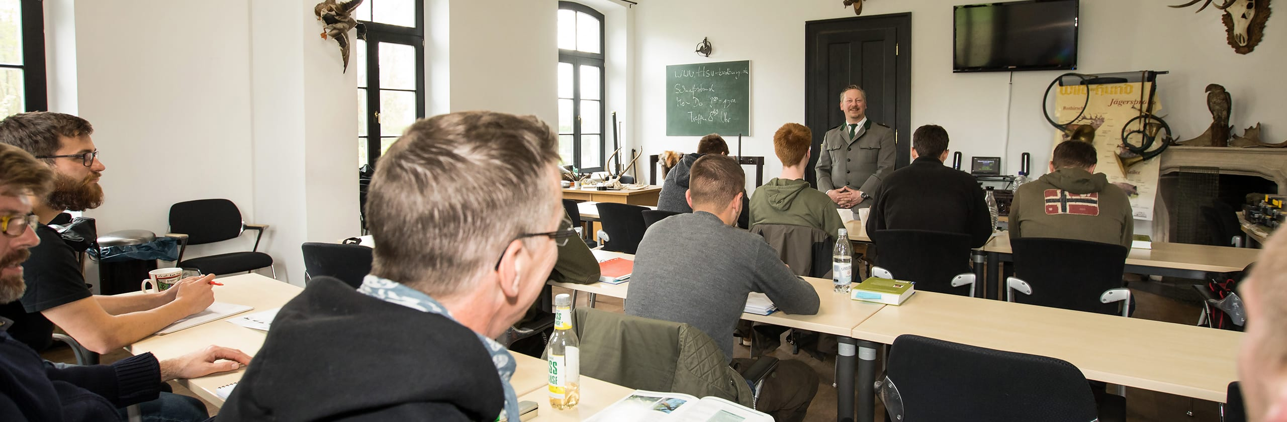 Gerolf Blittersdorf steht vor seiner Klasse bei der Jagdausbildung