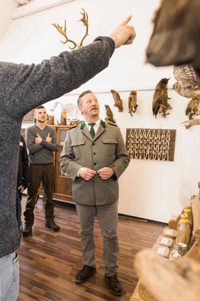 Schüler beim Stellen einer Frage während der Jagdausbildung in der Jagdschule Blittersdorf