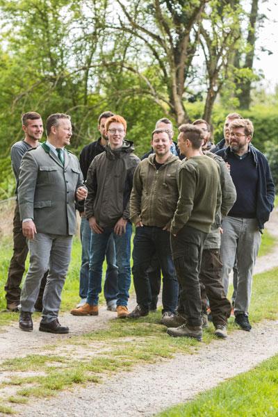 Gerolf Blittersdorf mit einer Gruppe an Auszubildenden in der Jagdschule Blittersdorf