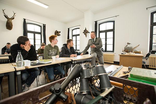 Unterricht mit mehreren Auszubildende in der Jagdschule Blittersdorf