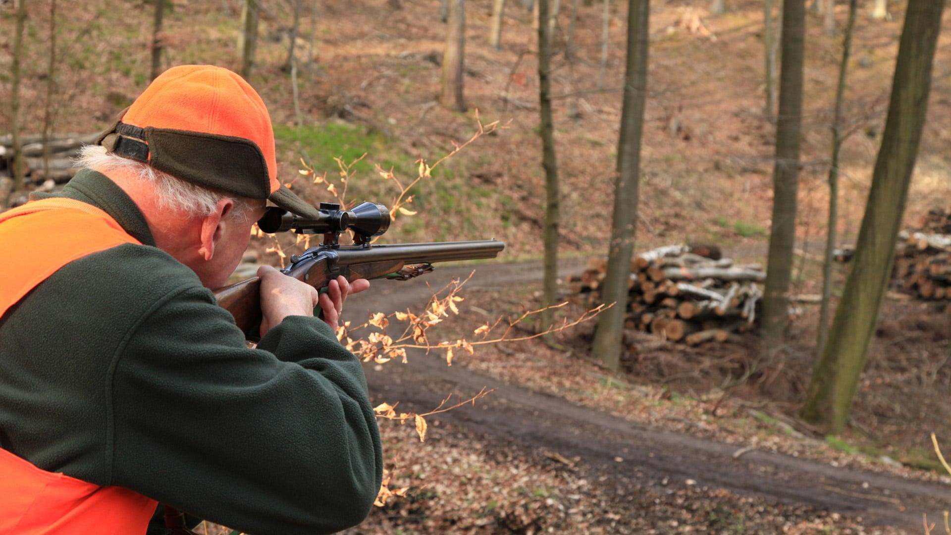 Jäger beim anvisieren im Wald