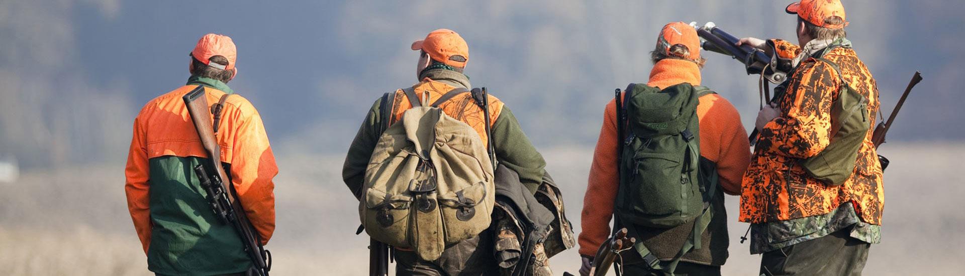 4 Jäger auf der Suche nach einem guten Standort in der Natur