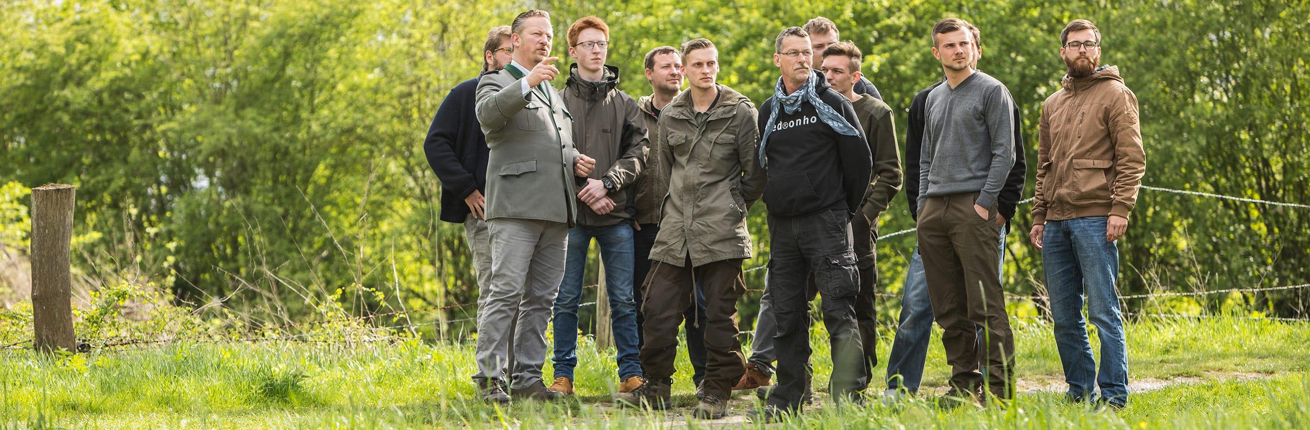 Gruppe Auszubildender mit Gerolf Blittersdorf bei der Jagdausbildung